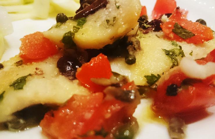 Filetti di merluzzo con olive nere e pomodorini (Video ricetta)