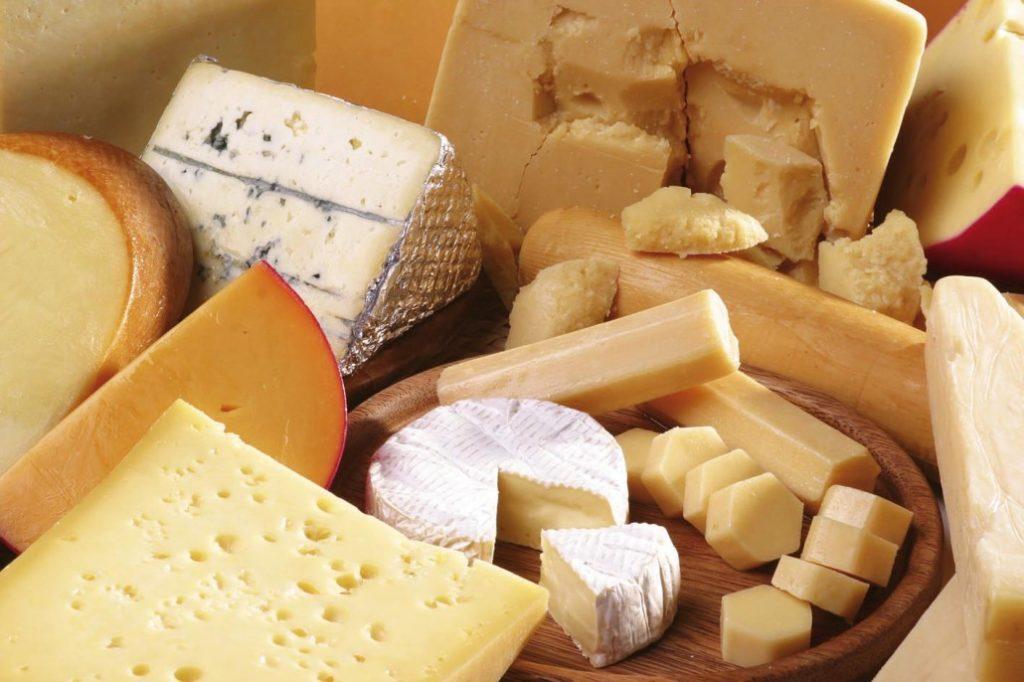 Latte straniero nei formaggi italiani, ecco la lista dei marchi svelati da Report