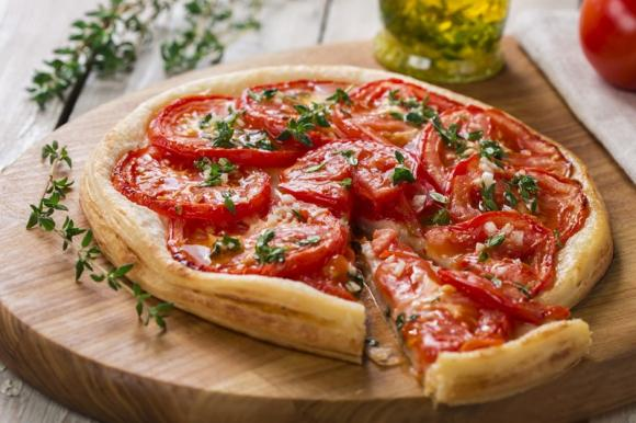 Torta salata con mozzarella e pomodoro: la ricetta veloce di 260 Kcal!