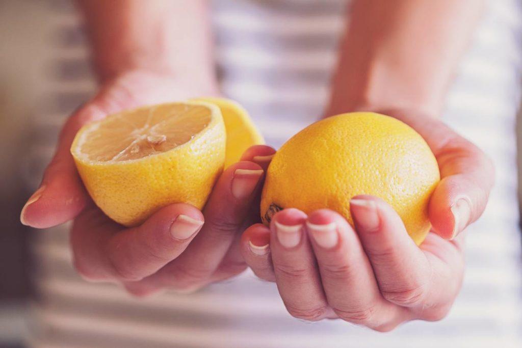 6 benefici per cui dovresti dormire con due fette di limone sul comodino la sera