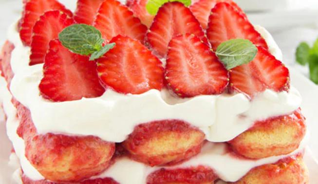 Tiramisù alle fragole senza uova e mascarpone: gustoso, veloce e con poche calorie