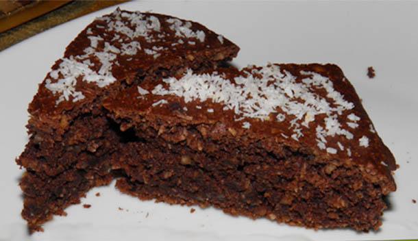 La torta all'acqua al cacao, cocco e noci senza latte, uova e burro. Solo 160 calorie!