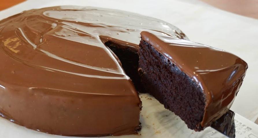 La torta al cioccolato senza uova, burro e latte pronta in 5 minuti. Ha solo 190 calorie!