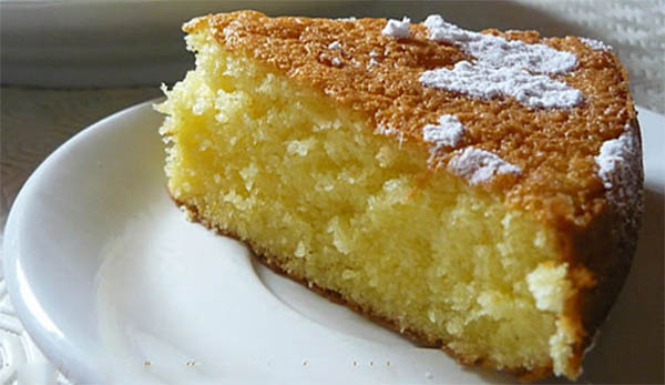 La torta al latte soffice, facile e leggera che ha solo 190 calorie a fetta!