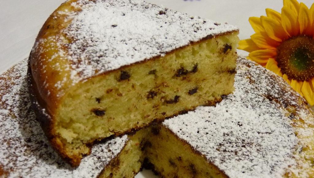 La torta al limone e gocce di cioccolato: morbida, leggera e con pochissime calorie!