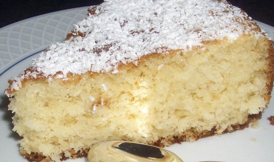 La torta all'acqua al cocco senza uova, latte e burro. La ricetta di sole 140 calorie!