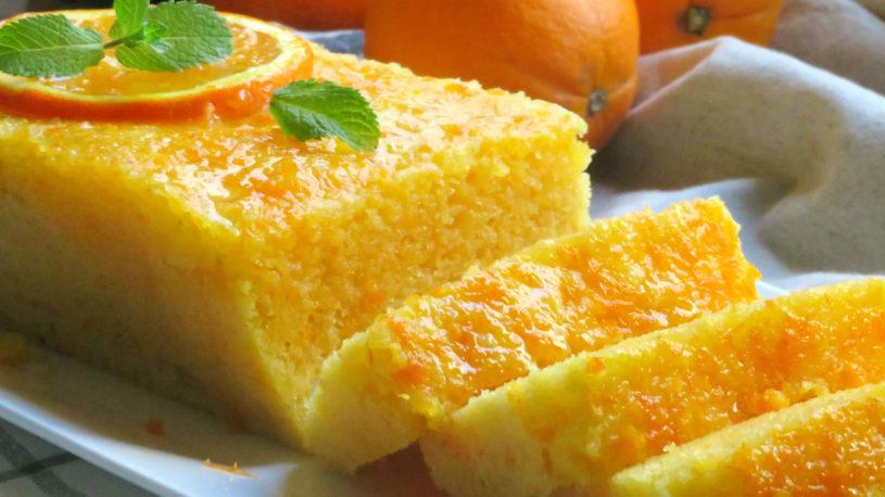 La torta all'arancia sofficissima che si cuoce in 5 minuti e ha solo 170 calorie!
