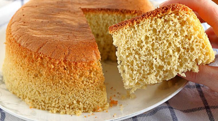 La torta super soffice che si cuoce senza forno: buonissima e con soli 90 calorie!