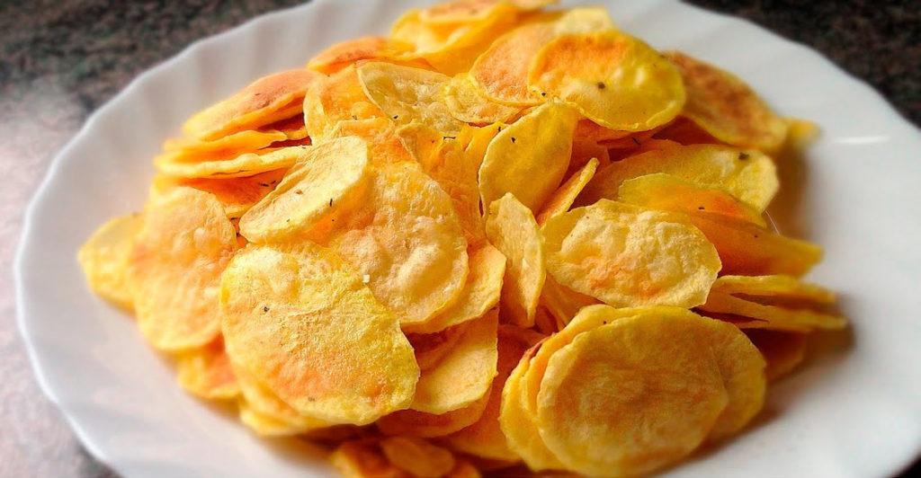 Le patatine chips cotte senza olio, ma più buone di quelle imbustate. Solo 80 calorie!