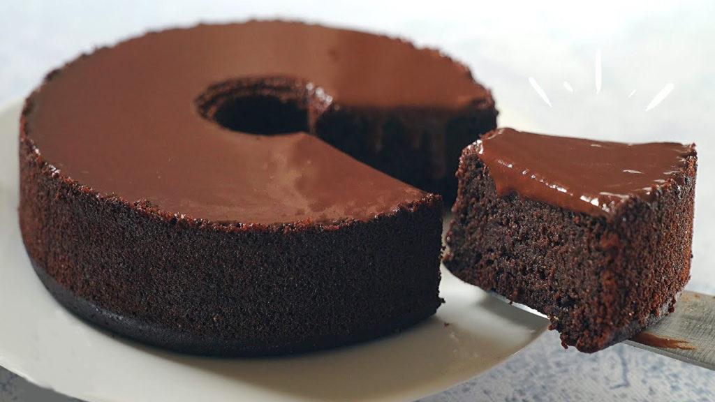 La torta al cioccolato senza uova e burro: 1 ingrediente segreto, veloce e ha solo 180 calorie!