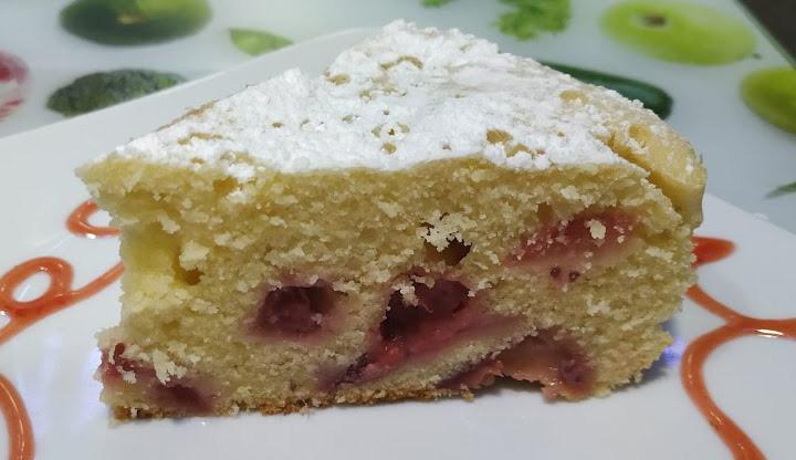 La torta alle fragole senza burro: sofficissima, veloce e leggera. Ha solo 150 calorie!