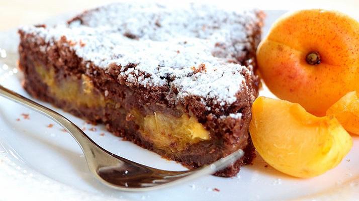 La torta di albicocche e cioccolato, un dolce morbido, facile e leggero. Ha solo 160 calorie!