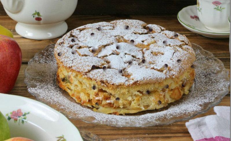 La torta di mele, formaggio e una cascata di gocce di cioccolato, una bontà di sole 190 calorie!