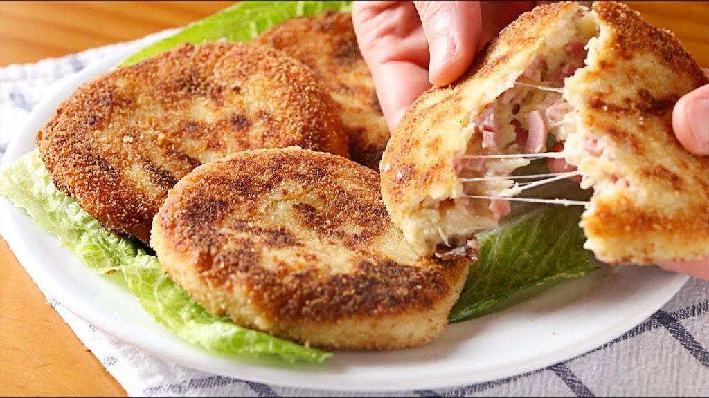 Le focaccine di patate ripiene, una ricetta golosa e filante che ha solo 230 calorie!