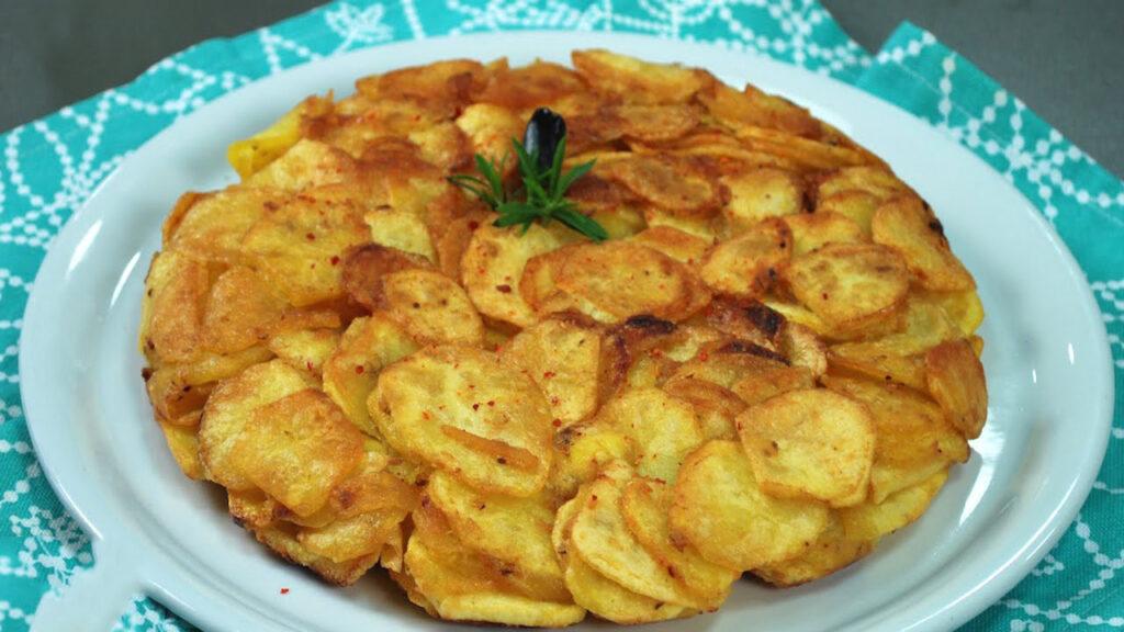 Patate, uova e formaggio in padella, un piatto salvacena pronto in 10 minuti e con 280 calorie!