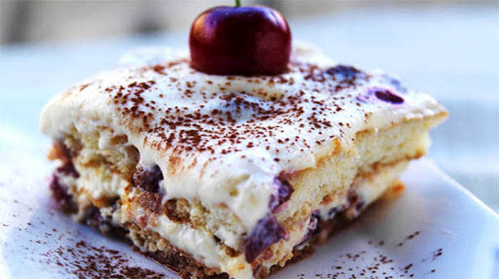 Il tiramisù alle ciliegie e crema, un dolce fresco ed estivo con sole 190 calorie!