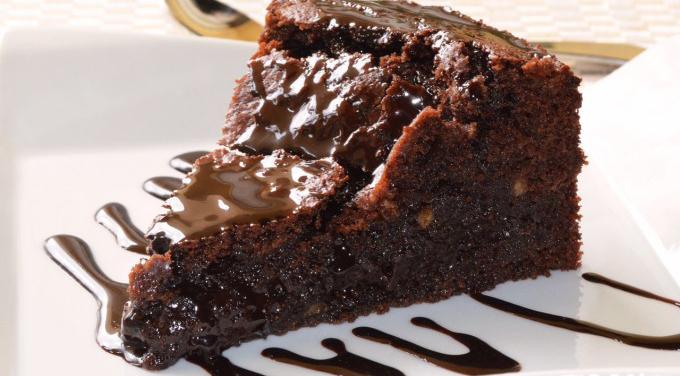 La torta povera al cacao, morbida, gustosa e leggera con sole 140 calorie!
