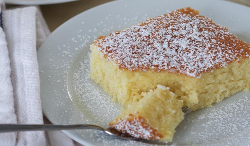 La torta al latte caldo, morbida, gustosa da mangiare a colazione e con sole 130 calorie!