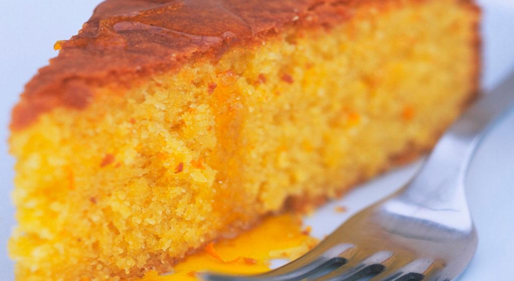 La torta all'arancia senza burro, uova, latte e lievito: 100% dietetica e con sole 98 calorie!