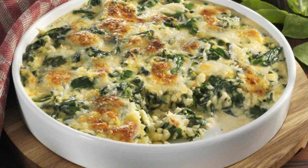 Risotto al forno con spinaci, prosciutto e formaggio, un primo piatto goloso e con sole 390 calorie!