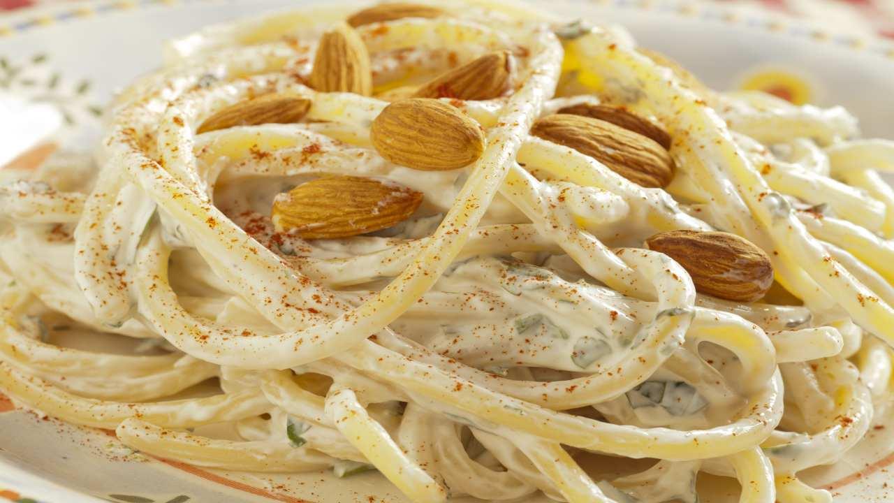 Spaghetti con mandorle e ricotta