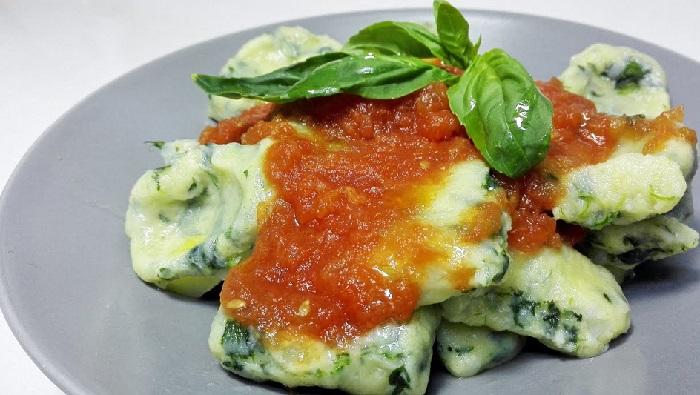 Gli gnocchi di pane con spinaci, un primo piatto leggero e facile con sole 380 calorie!