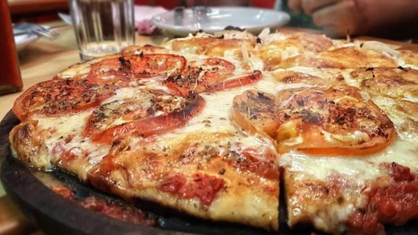 La pizza fit con pochi carboidrati, buona e dietetica, si prepara in 10 minuti e ha solo 190 calorie!