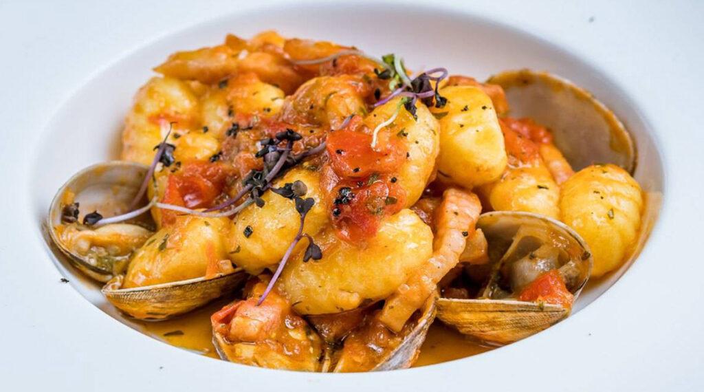 Gnocchi vongole e patate, un primo piatto fresco e gustoso con sole 360 calorie!