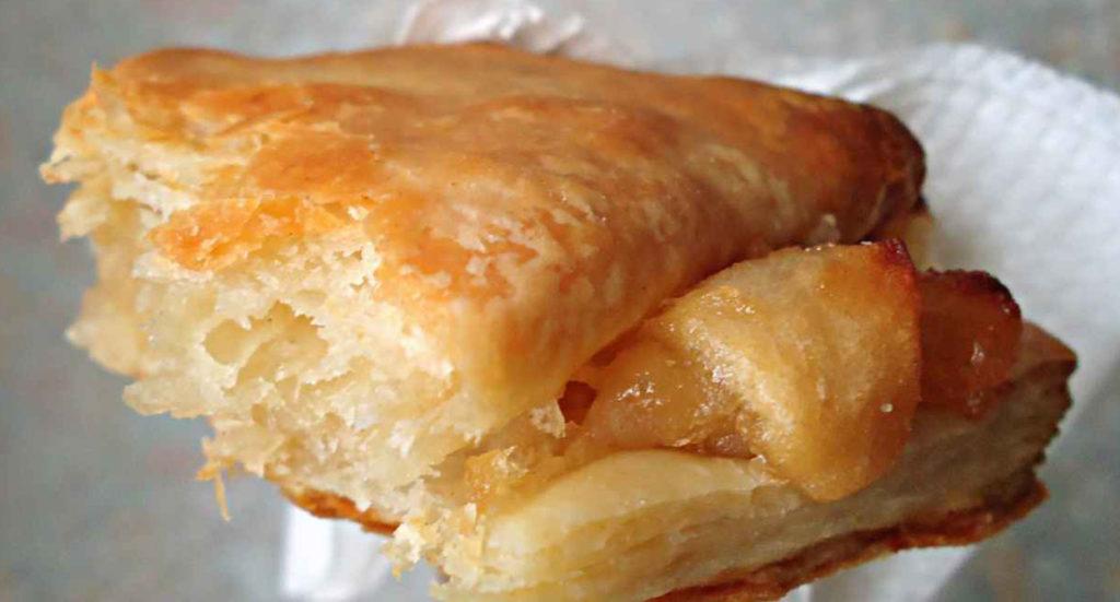 I torcetti di sfoglia alle mele, un dolce goloso che si prepara in pochissimo. Ha solo 170 calorie!