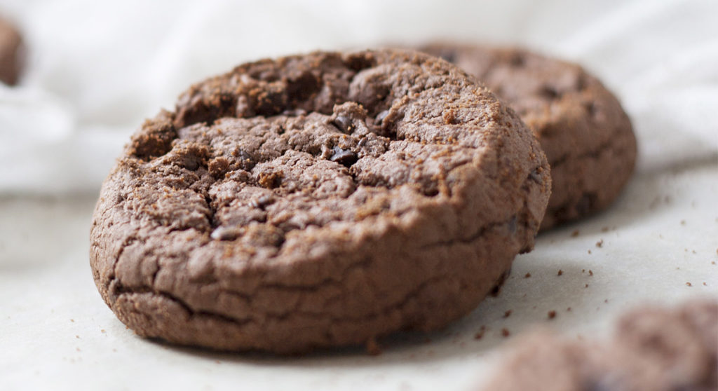 I biscotti allo yogurt e cacao senza burro e uova per una colazione gustosa e leggera di sole 50 calorie!