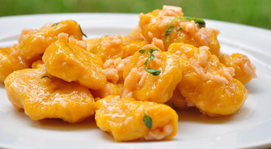 Gnocchi di zucca e salmone, un primo piatto gustoso e leggero con sole 400 calorie!