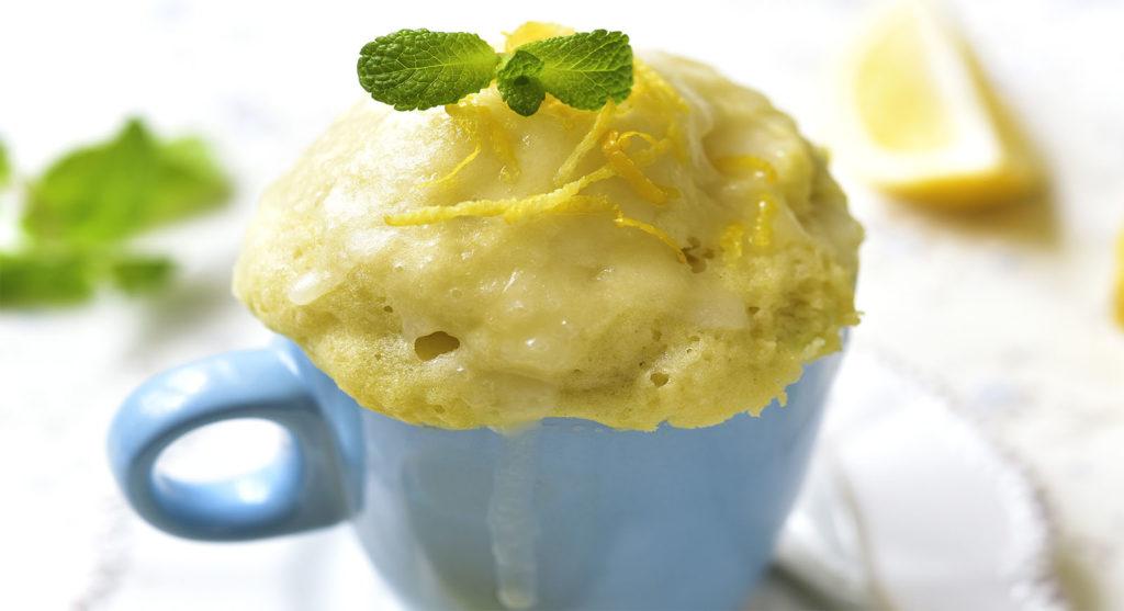 La torta in tazza al cocco e limone che si prepara in 2 minuti e con sole 190 calorie!