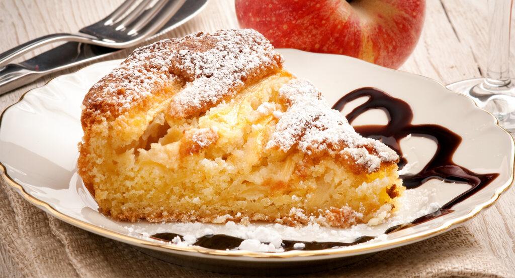 La torta di mele e yogurt senza forno, né latte, né burro. Una delizia di sole 170 calorie!