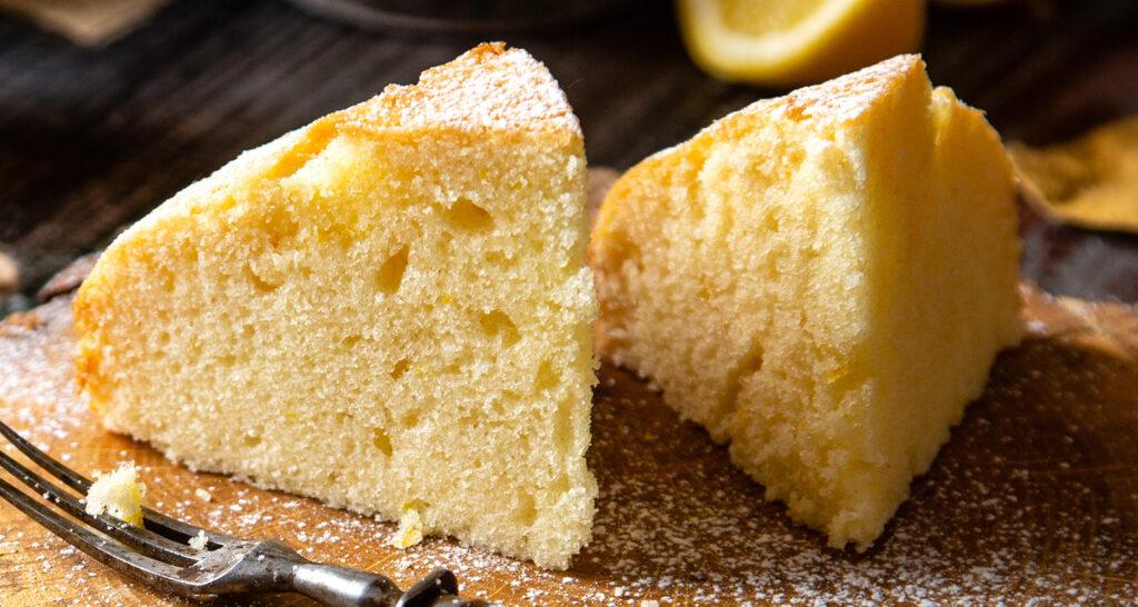 La torta allo yogurt bianco e miele senza burro, né olio e latte, sofficissimo e con sole 110 calorie!