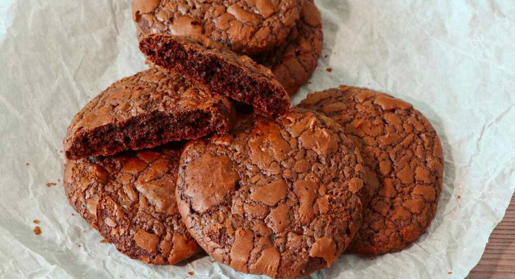 Biscotti al cioccolato e albumi senza farina, latte, burro e lievito pronti in 2 minuti e con sole 45 calorie!