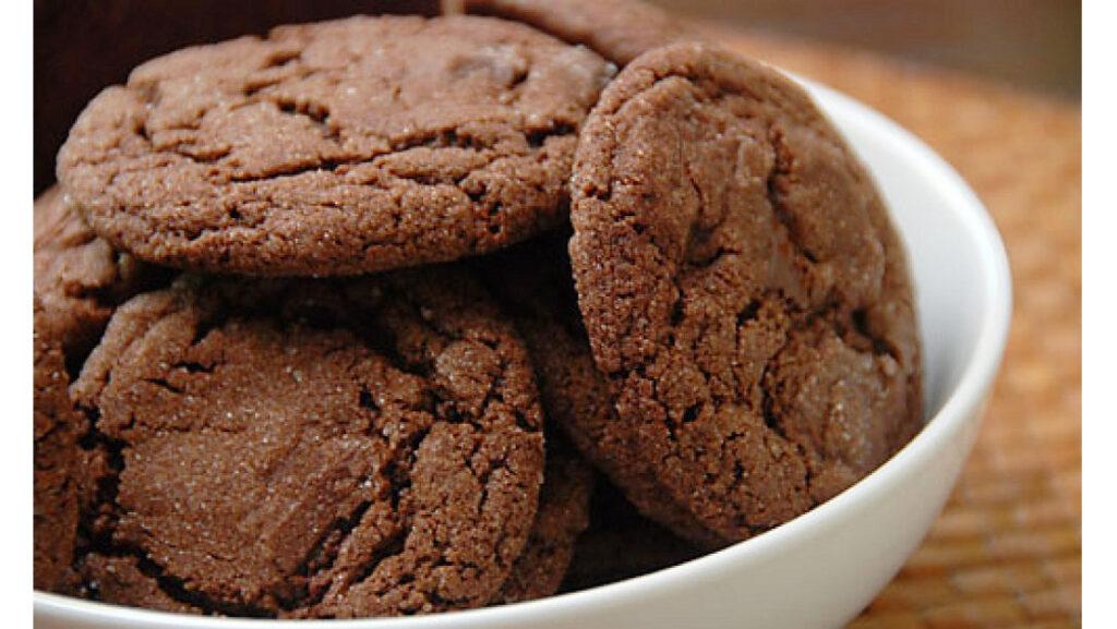 Biscotti alla cannella e cacao senza burro, un'accoppiata vincente per uno spuntino gustoso e di sole 60 calorie!