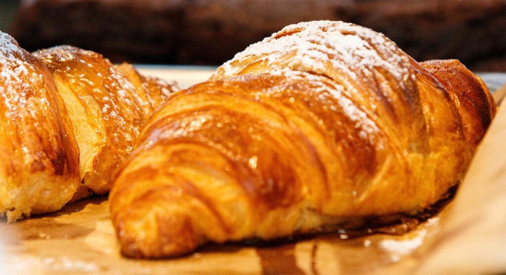 Cornetti sfogliati senza burro per una colazione da favola e con sole 190 calorie!
