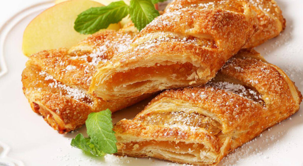Fagottini di pasta sfoglia alle mele, per una colazione gustosa e di sole 200 calorie!