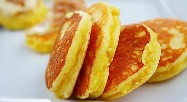 I pancake 2 ingredienti, senza farina, burro e latte per una colazione super dietetica con 35 calorie!
