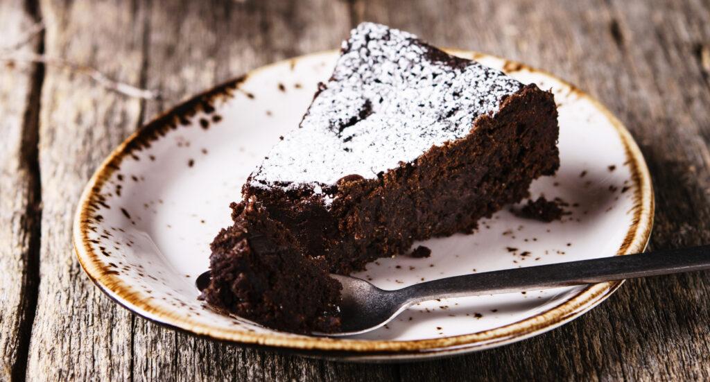 Torta vegana al cioccolato senza burro e uova, un dolce morbido e gustosissimo con sole 120 calorie!
