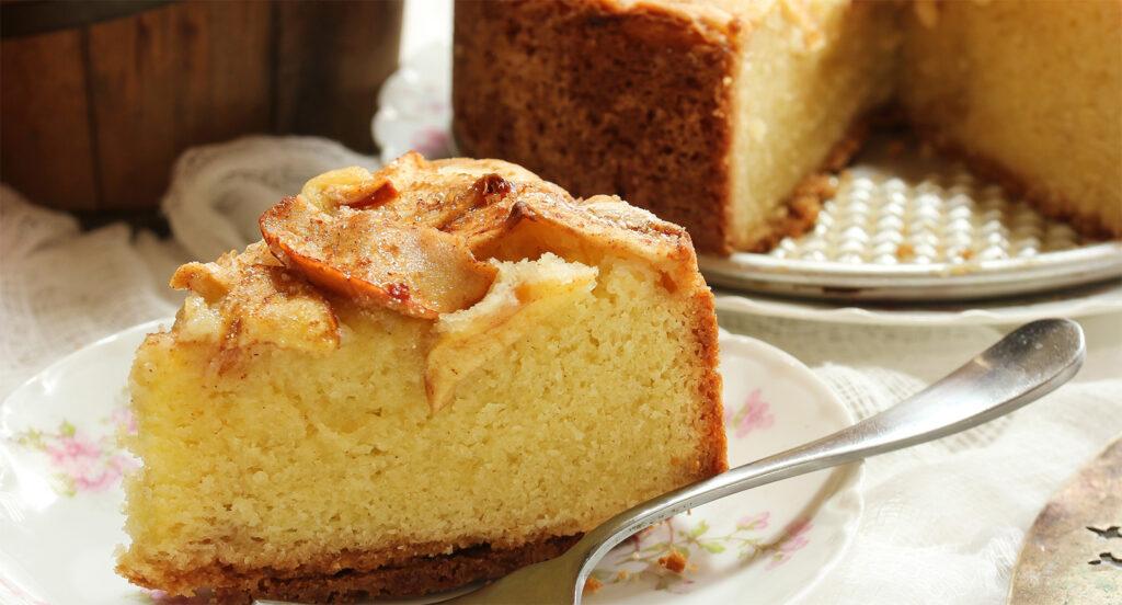 La torta di mele vegetariana senza burro, uova e latte, soffice e gustosa con 190 calorie!