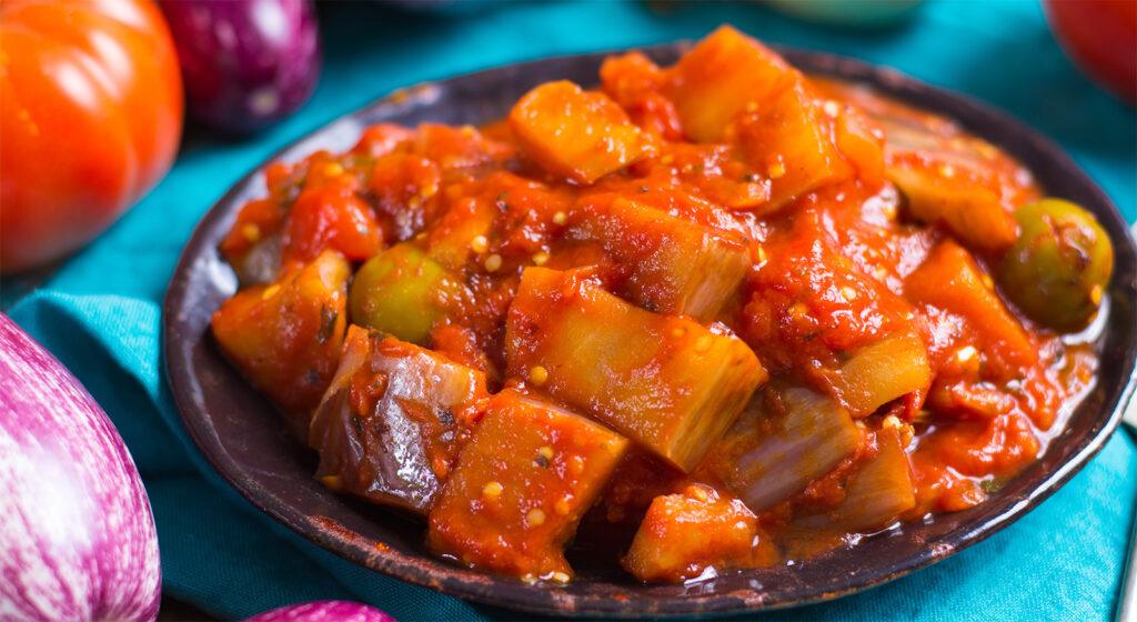 La caponata di melanzane, un gustosissimo contorno leggero che piacerà a tutti. Solo 150 calorie!
