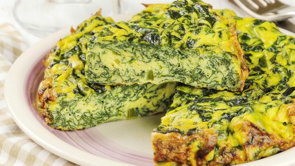 La frittata di spinaci perfetta, solo 2 uova e tanti spinaci. Ha solo 260 calorie!