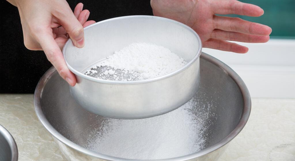 Ecco perché devi sempre setacciare la farina nelle preparazioni dolci e salate!