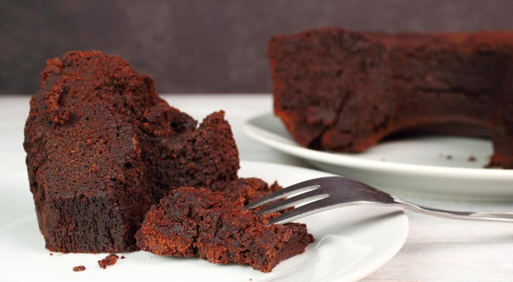 La torta al cacao che non sporca nulla, si prepara in teglia e ha solo 180 calorie!