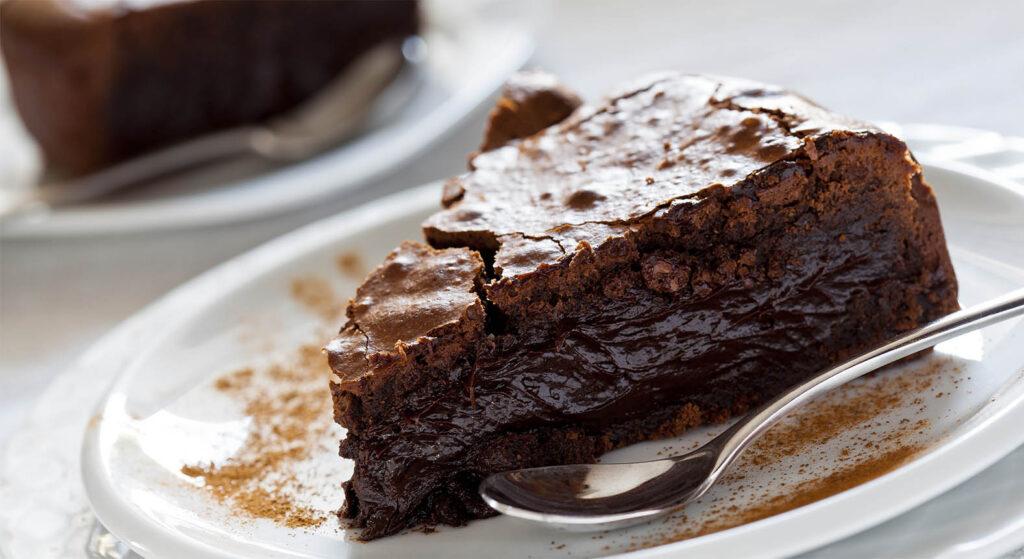 Senza farina, burro, né olio, la torta al cioccolato umida e cremosa con sole 120 calorie!