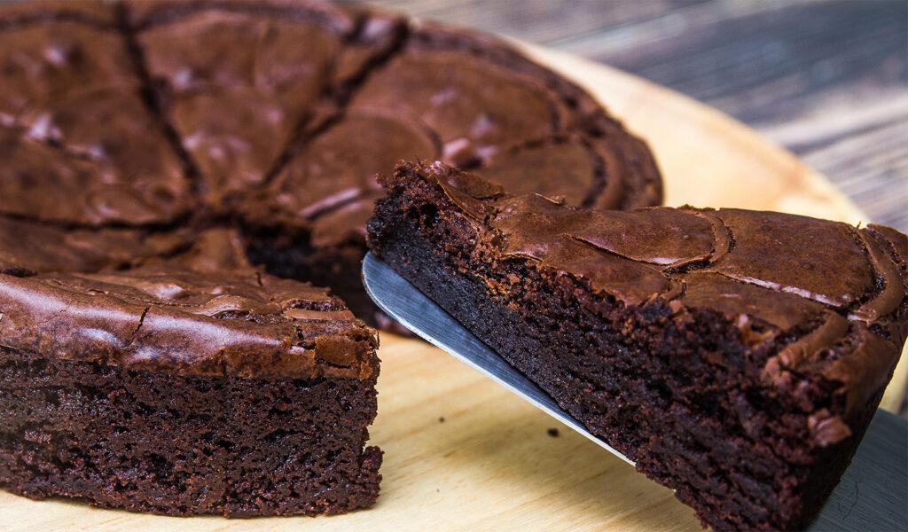La torta matta senza burro, uova, né latte. Si prepara in teglia e non sporca nulla, ha solo 140 calorie!