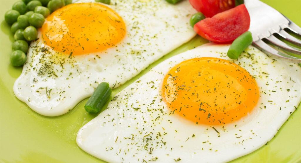 L'uovo all'acqua che sembra fritto, ma fritto non è! Ha solo 80 calorie ed è leggerissimo