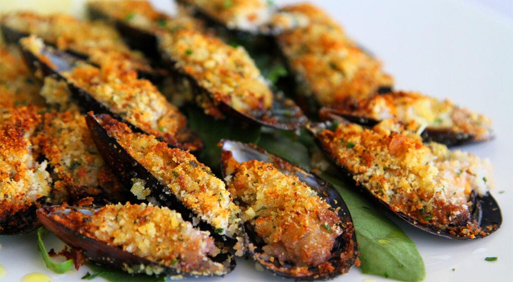 La ricetta per fare delle cozze gratinate perfette e gustose durante le feste. Solo 170 calorie!