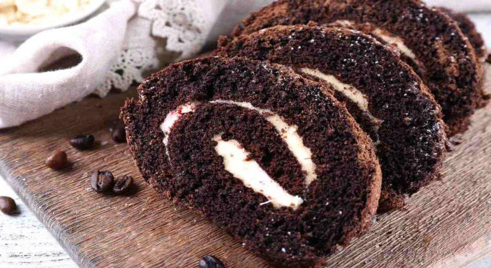 Il rotolo al caffè e cioccolato con ripieno cremoso, il dolce amato da tutti. Solo 120 Kcal!